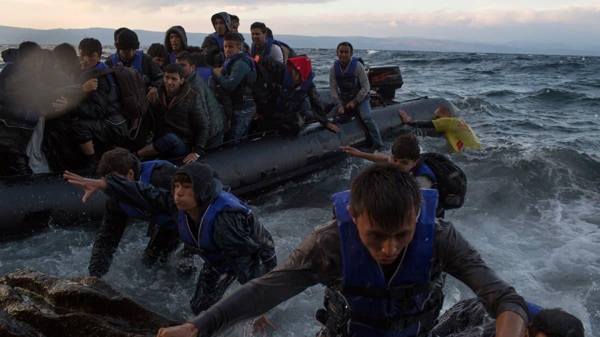 Yunanistan, düzensiz göçü önlemede yüzen bariyerin etkisini deneyip görecek