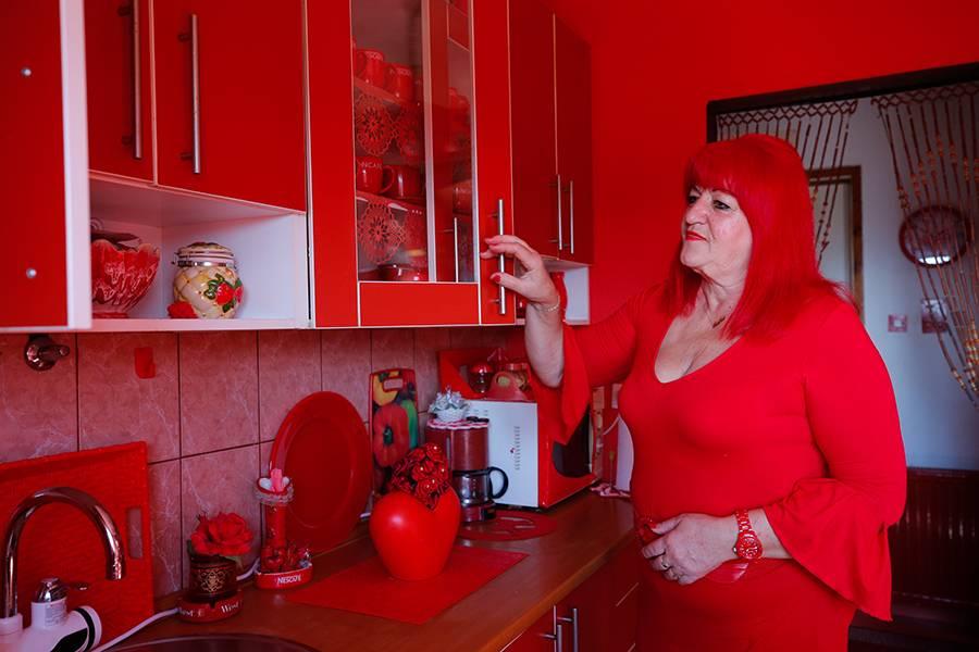 """Gelinliğinden mezar taşınaBosna'nın """"kırmızılı kadını"""""""