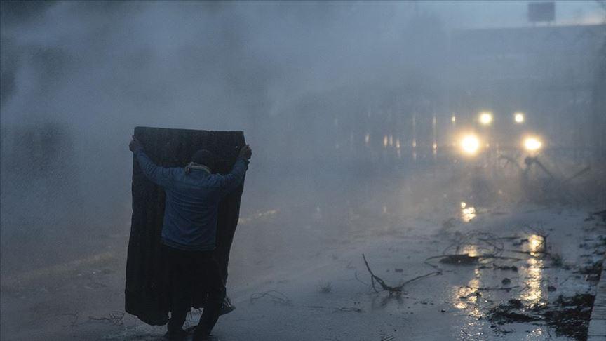 Yunanistan, sığınmacılara gaz bombası ve tazyikli suyla müdahale etti
