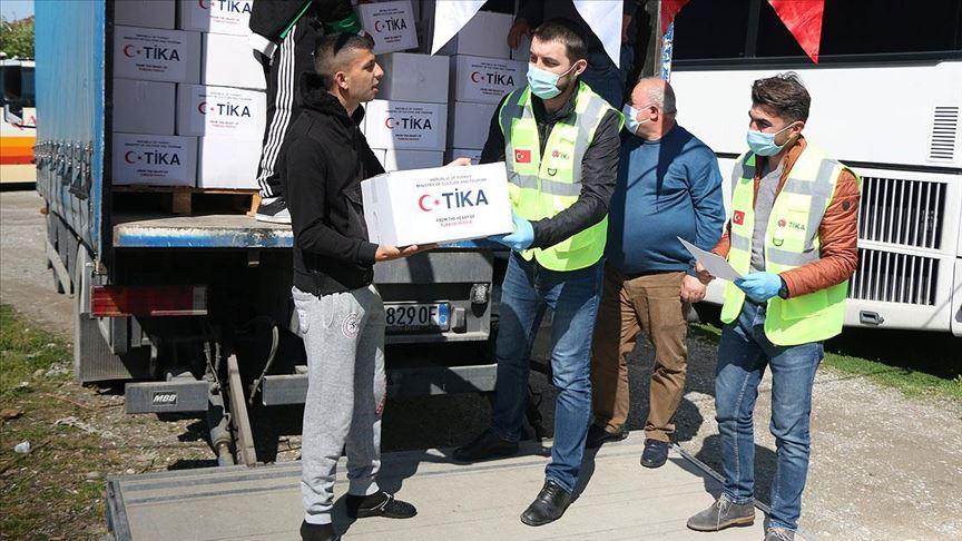 TİKA, Kovid-19 salgını nedeniyle Arnavutluk'ta yardım dağıtıyor