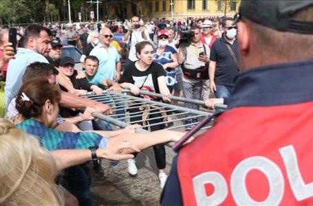 Arnavutluk'ta tiyatro binasının yıkımında gerginlik