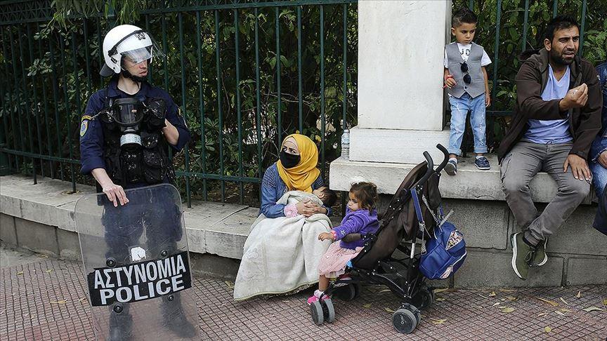 """Yunanistan'da mültecilerden """"konaklama yardımı"""" gösterisi"""