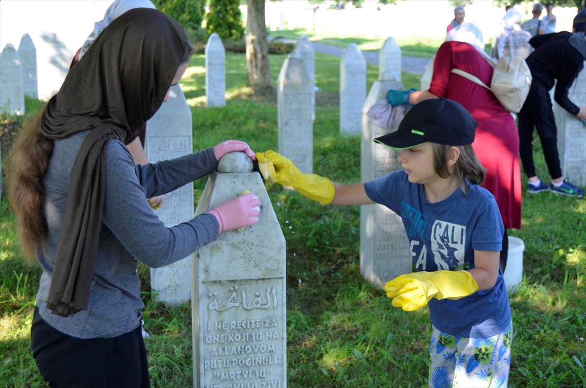 Srebrenitsa'da soykırım kurbanlarının mezar taşları temizlendi