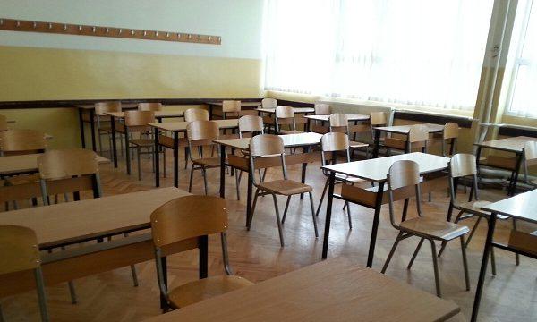 Kosova'da orta ve lise son sınıflar iki haftalığına okula dönüyor