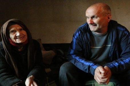 Arnavut-Sırp çatışmasına aldırış etmeyerek yaşlı Sırp kadının eli kolu oldu