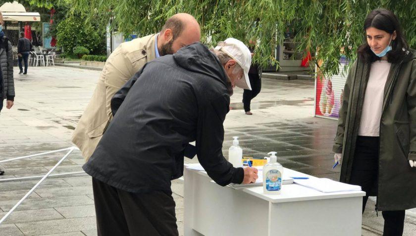 """Kosova'da """"Seçim İstiyoruz"""" imza kampanyasına yoğun ilgi"""