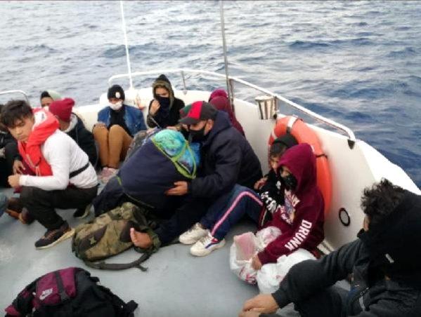 Yunan tarafından can salıyla Türk sularına itilen göçmenler kurtarıldı