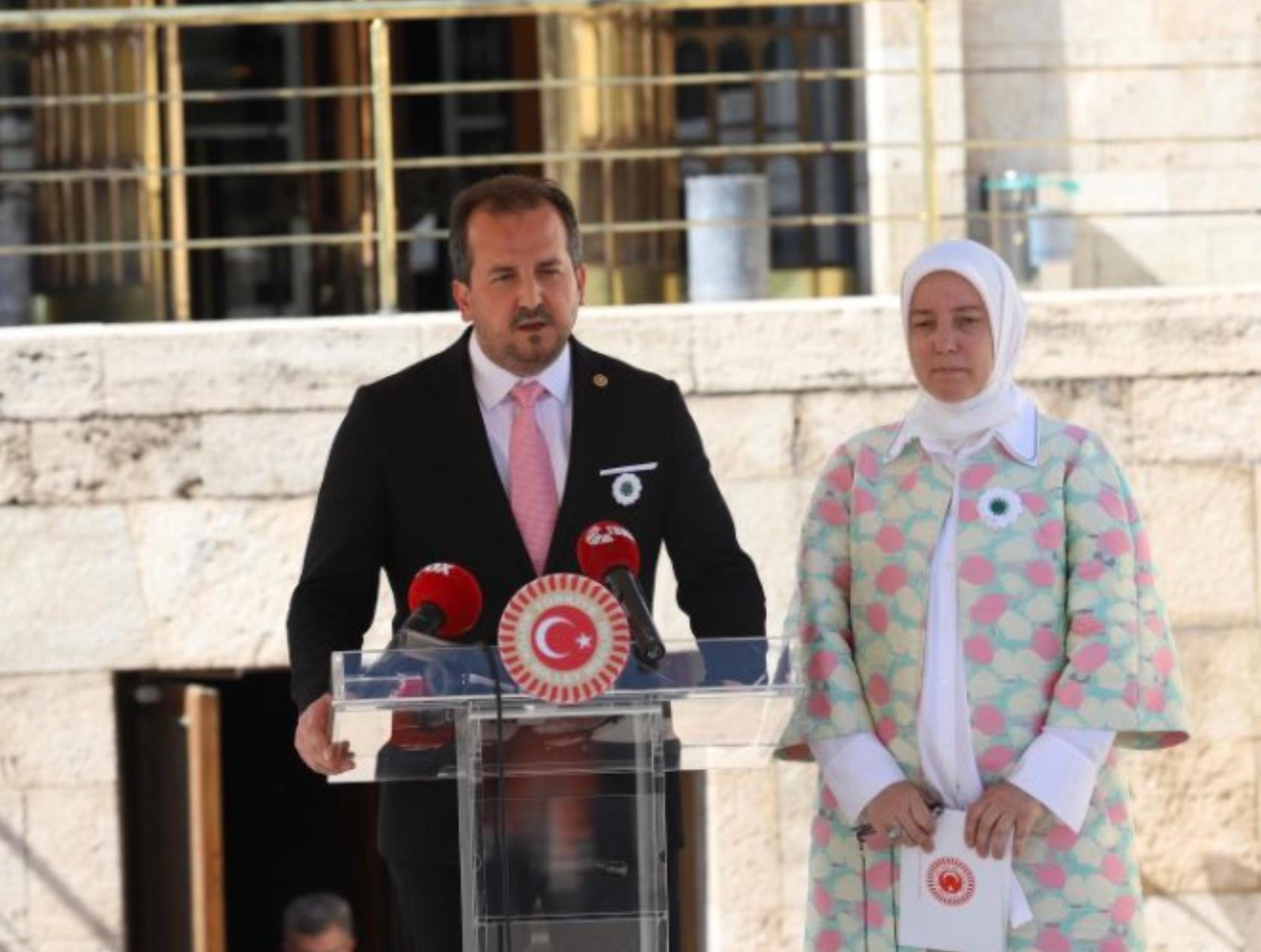 AK Parti milletvekilleri Meclis'te Srebrenitsa çiçeği dağıttı