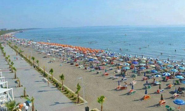 Kosovalılar Arnavutluk plajlarını doldurdu