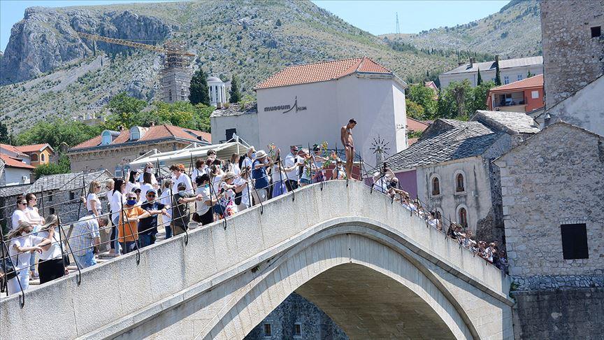 Tarihi Mostar Köprüsü'nden Srebrenitsa kurbanları için 'sessiz atlayış' yapıldı