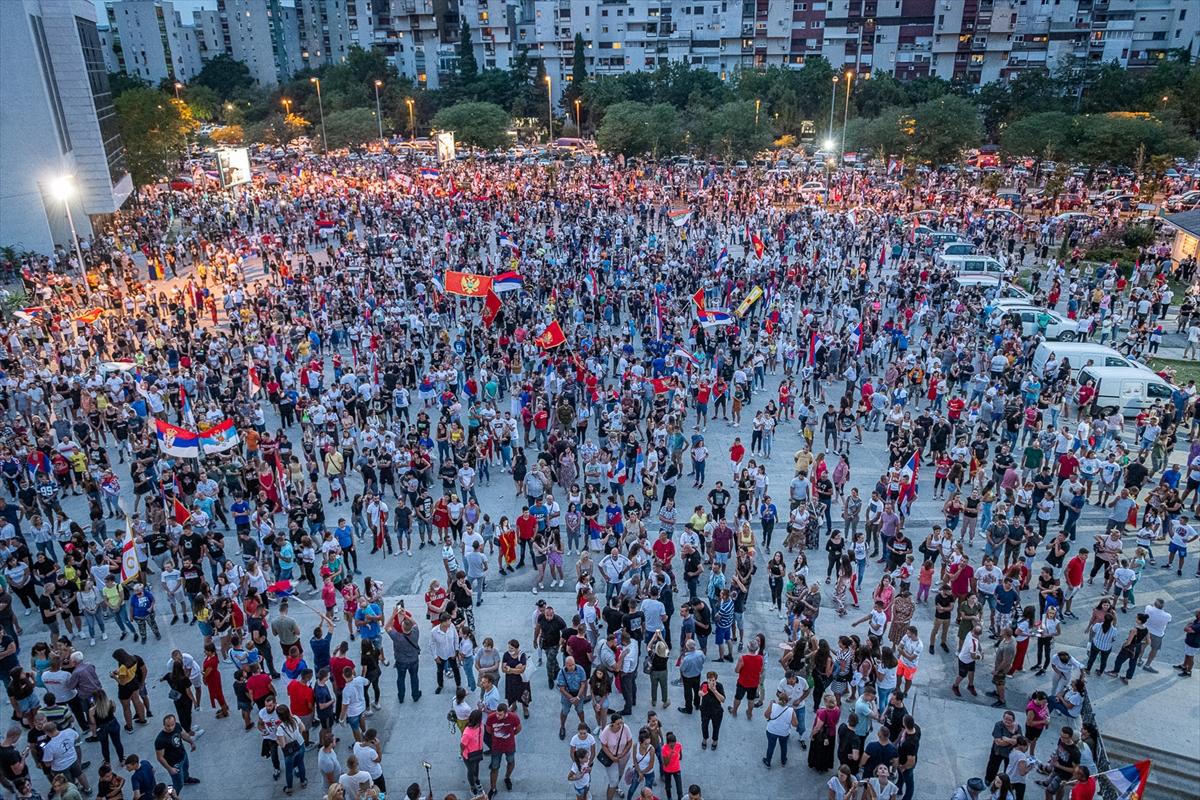 Karadağ'da muhalifler seçim sonuçlarını sokaklara dökülerek kutladı