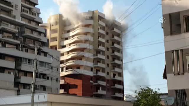 Arnavutluk'ta geçen yılki depremde hasar gören bina patlayıcı ile yıkıldı