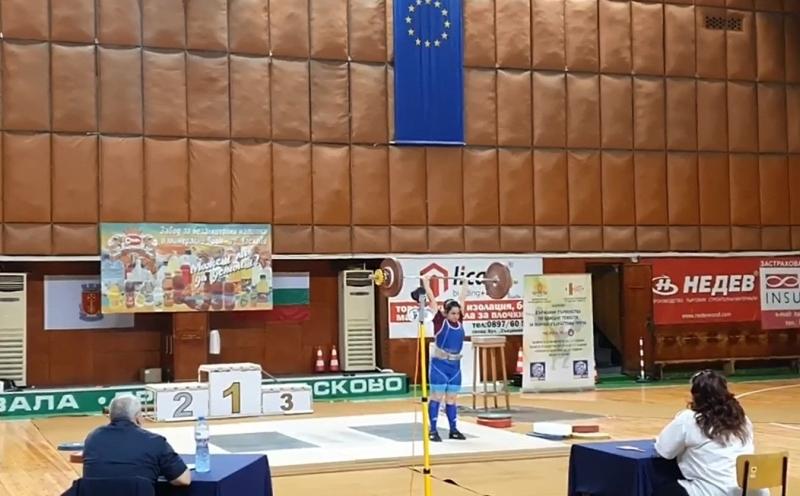 Genç halterciler Ayşe ve Anife, Bulgaristan Şampiyonasında 6 altın madalya kazandı