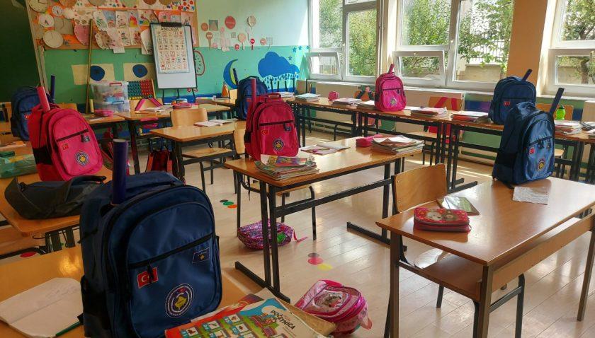 Türk askerinden Prizren'deki öğrencilere eğitim yardımı