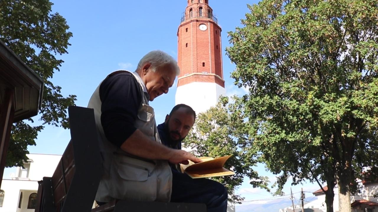 Saraybosnalı vatandaş, 8 ayda elle yazdığı Kur'an-ı Kerim'i Sultan Murad Camii'ne hediye etti