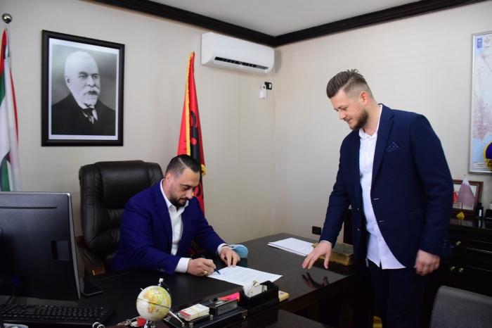 """Arnavutluk'un """"Türkiye mezunu"""" belediye başkanı, ikili ilişkilerde köprü kuruyor"""