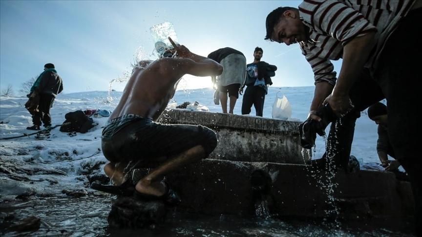 Bosna Hersek'te kalan göçmenler dondurucu soğukta dereye girerek yıkanıyor