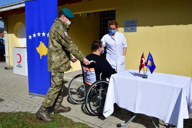 Mehmetçik'ten Kosova'daki Engelli Çocuk Bakım Merkezi'ne yardım