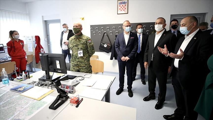 Çavuşoğlu Hırvatistan'da depremden zarar gören Petrinja'yı ziyaret etti