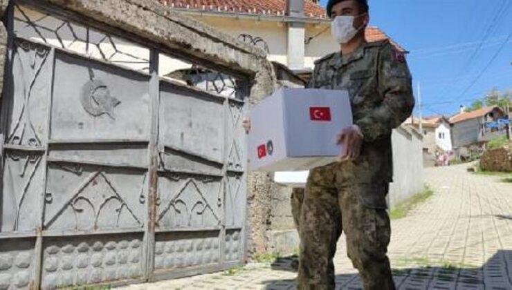 Türk askeri, Kosova'da 500 aileye bayram yardımı yaptı