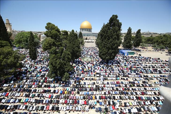 Ramazan ayının son cuma namazını Mescid-i Aksa'da 70 bin kişi kıldı
