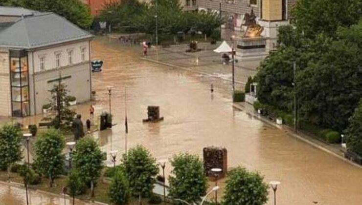Kosova'nın başkenti Priştine'de sokaklar göle döndü