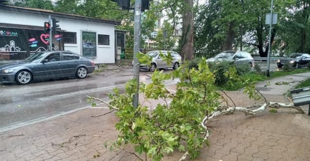 Şiddetli rüzgar Bosna Hersek'te hayatı felç etti
