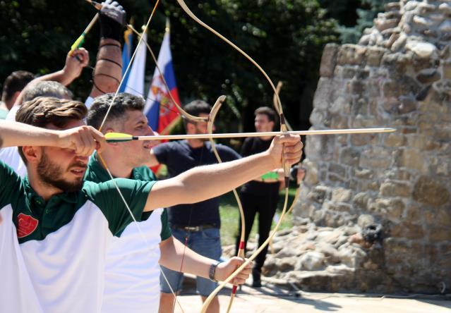 Novi Pazar'da bölgesel okçuluk yarışması düzenleniyor
